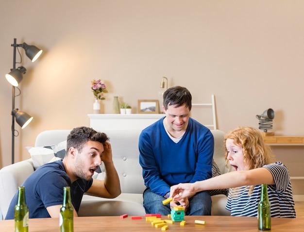 Grupa przyjaciół grających w gry w domu