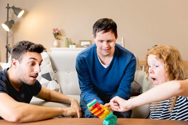 Grupa przyjaciół grających w gry