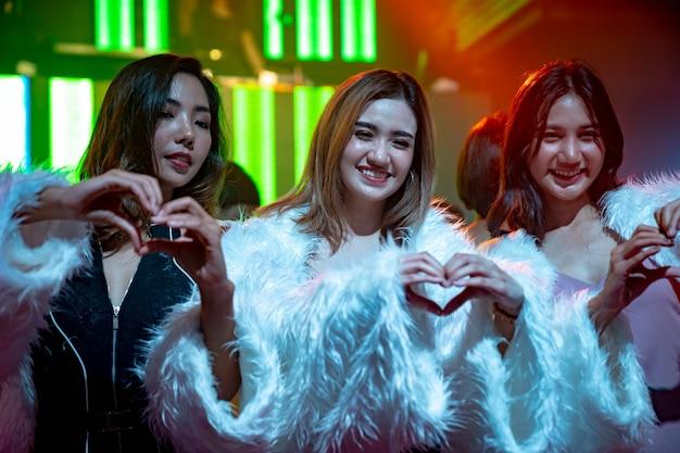 Grupa przyjaciół kobiet, zabawy na imprezie w klubie tanecznym