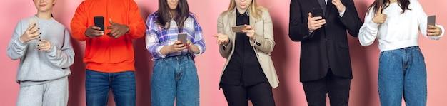 Grupa przyjaciół korzystających ze smartfonów mobilnych. uzależnienie nastolatków od nowych trendów technologicznych. ścieśniać. millenialsi przewijają, czytają wiadomości, oglądają wideo lub robią zakupy online. łączenie z urządzeniami.
