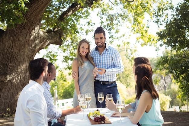 Grupa przyjaciół, którzy rozmawiają ze sobą przy szampanie