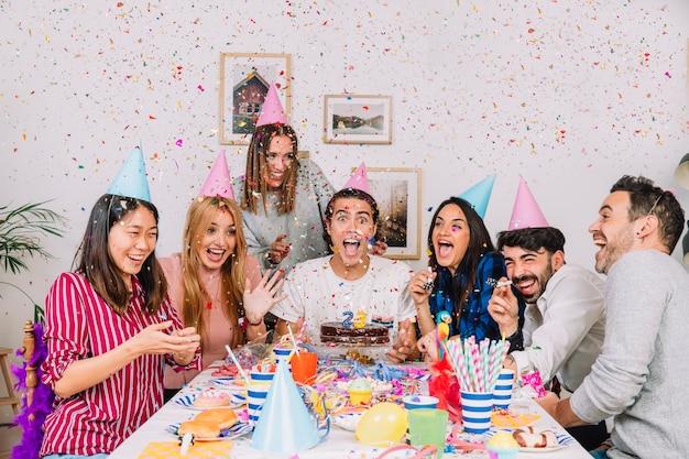 Grupa przyjaciół na przyjęcie urodzinowe