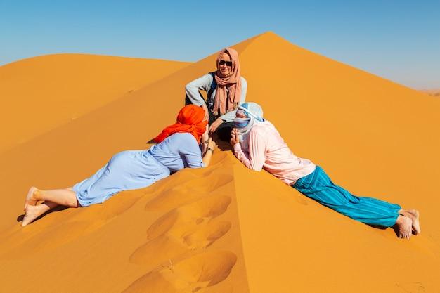 Grupa przyjaciół na saharze.