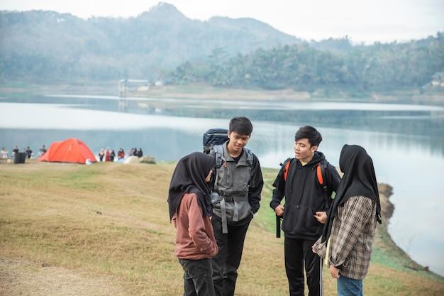Grupa przyjaciół na wędrówki podziwiać widok na jezioro