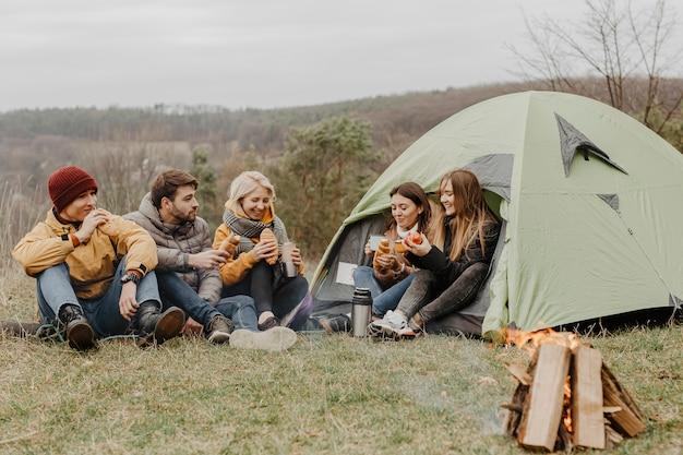 Grupa przyjaciół na zimową wycieczkę z namiotem