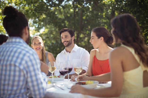 Grupa przyjaciół obiad