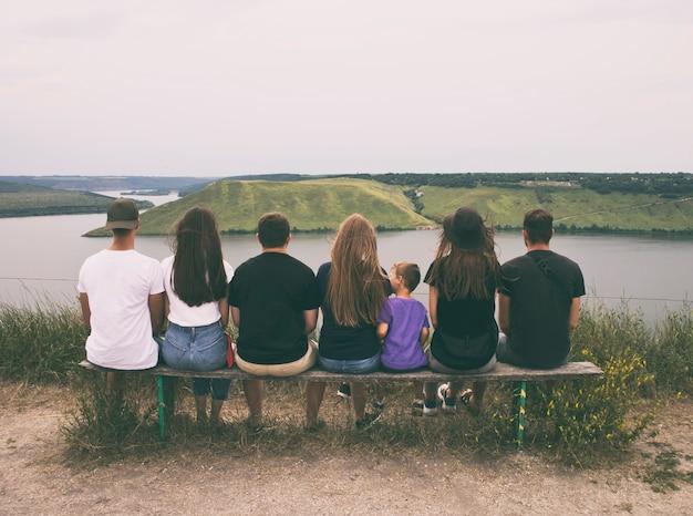 Grupa przyjaciół obserwuje piękną przyrodę