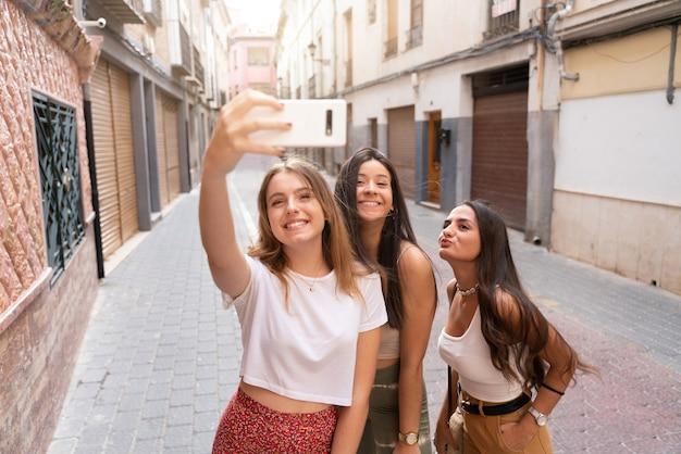 Grupa przyjaciół odwiedzających piękne miasto