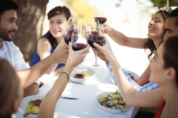 Grupa przyjaciół opiekania kieliszków do szampana