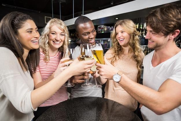 Grupa przyjaciół opiekania z piwem i winem