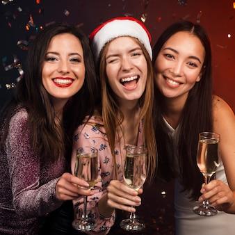 Grupa przyjaciół opiekania z szampanem