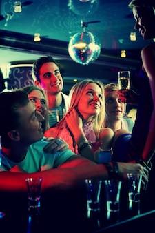 Grupa przyjaciół patrząc na kobietę