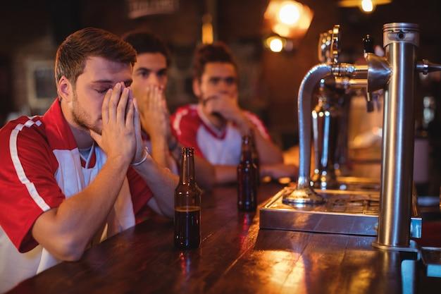 Grupa przyjaciół płci męskiej oglądania meczu piłki nożnej