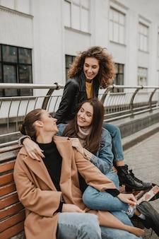 Grupa przyjaciół, pozowanie razem na zewnątrz