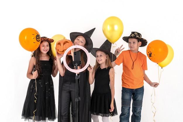 Grupa przyjaciół przebrana na halloween kręci film
