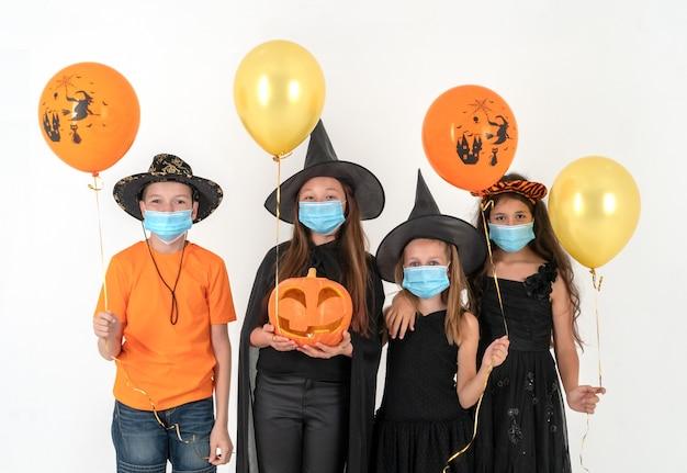 Grupa przyjaciół przebrana na halloween
