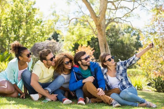 Grupa przyjaciół przy selfie z telefonu komórkowego