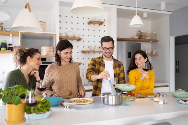 Grupa Przyjaciół Przygotowuje Posiłek W Kuchni Darmowe Zdjęcia