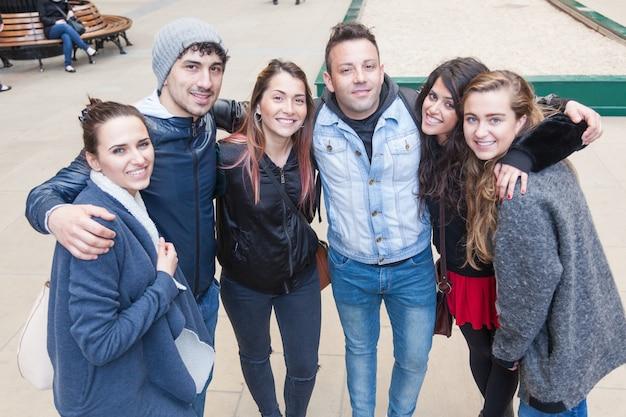 Grupa przyjaciół przyjęta razem w londynie.