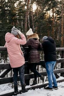 Grupa przyjaciół razem na zewnątrz w zimie