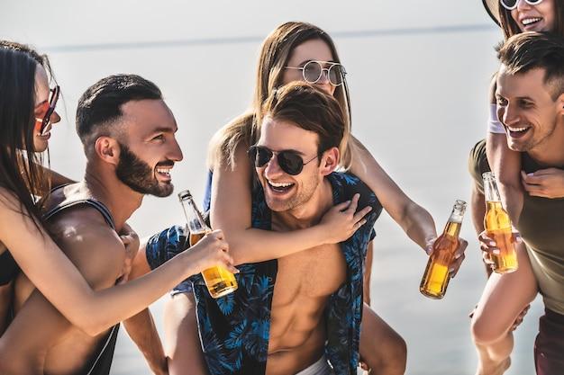 Grupa przyjaciół relaksująca się na plaży?