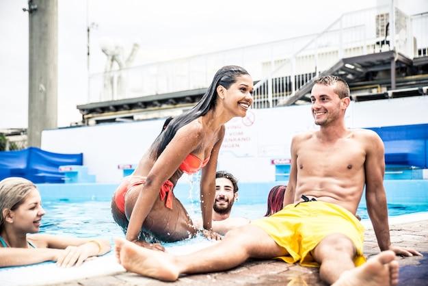 Grupa przyjaciół robi imprezie w basenie