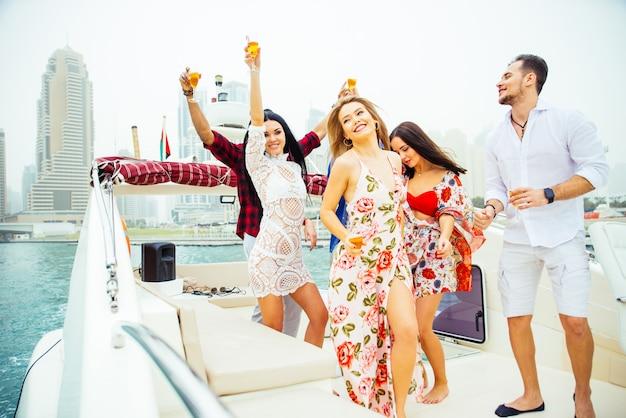Grupa przyjaciół robi przyjęcie na jachcie w dubaj