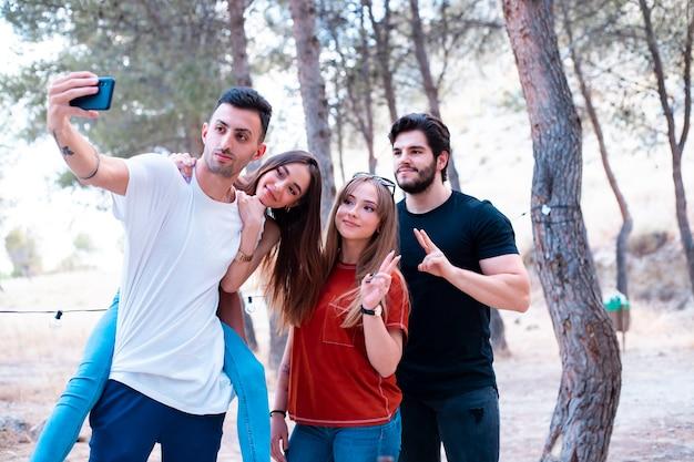 Grupa przyjaciół robi selfie na terenie pikniku