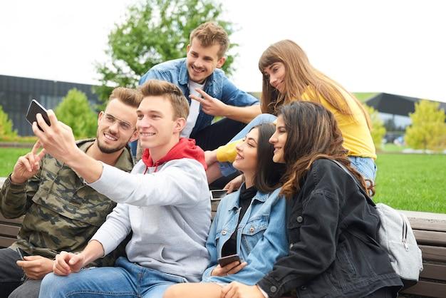 Grupa przyjaciół robi selfie