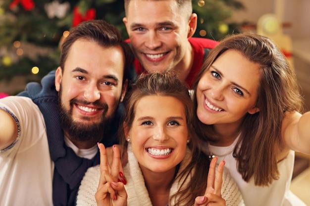 Grupa przyjaciół robi sobie selfie podczas świąt