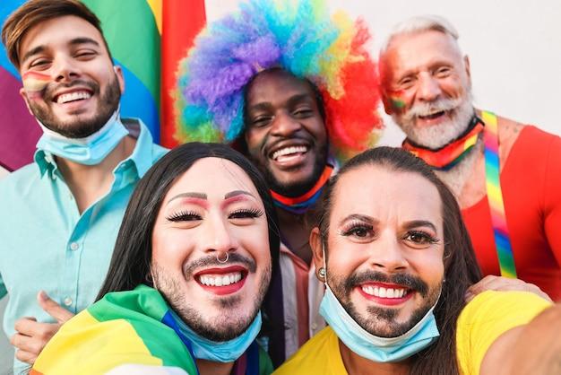 Grupa przyjaciół robiących selfie na paradzie lgbt podczas wybuchu koronawirusa