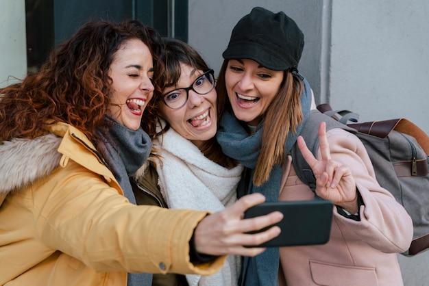 Grupa przyjaciół robienie zdjęć z telefonu