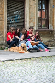 Grupa przyjaciół siedzi
