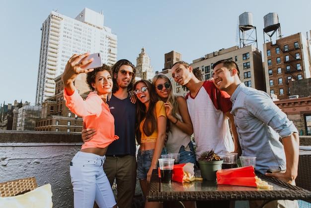 Grupa przyjaciół spędzać czas razem na dachu w nowym jorku, styl życia koncepcja z szczęśliwych ludzi