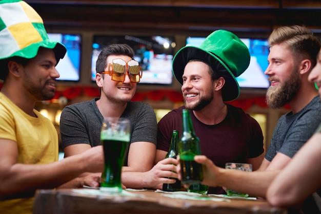 Grupa przyjaciół spędzających razem czas w pubie