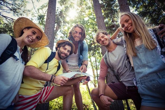 Grupa przyjaciół stojących razem w lesie