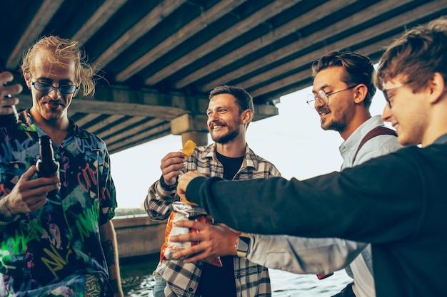Grupa przyjaciół świętująca odpoczynek, zabawa i impreza w letni dzień