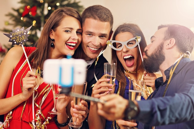 Grupa przyjaciół świętujących nowy rok
