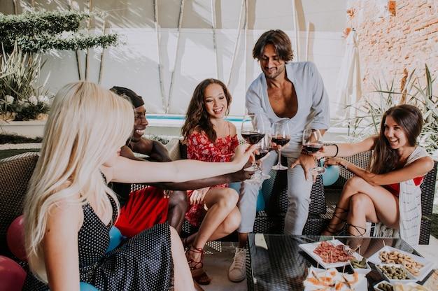 Grupa przyjaciół świętuje na podwórku