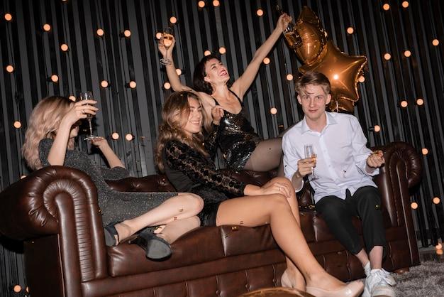 Grupa przyjaciół świętuje sylwestra w domu