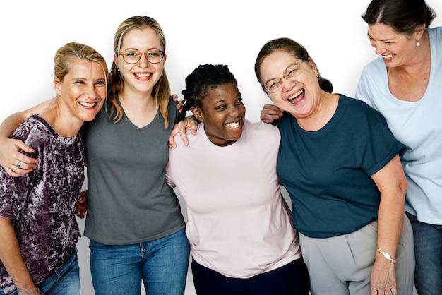 Grupa przyjaciół szczęścia uśmiechając się i skupić razem