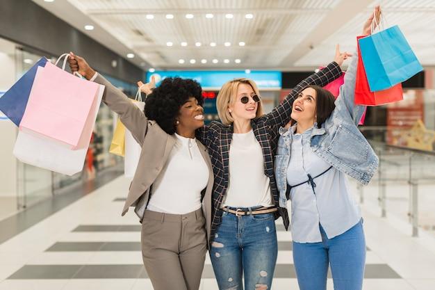 Grupa przyjaciół szczęśliwy zakupy razem