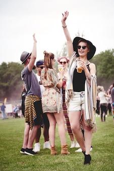 Grupa przyjaciół tańczących na festiwalu