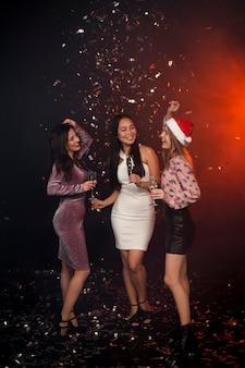 Grupa przyjaciół tańczących na imprezie noworocznej