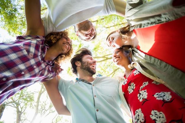 Grupa przyjaciół tworzących stłoczenia