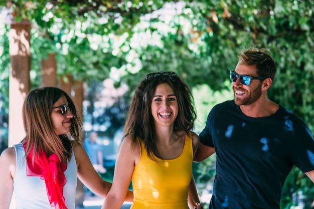 Grupa przyjaciół uśmiecha się spacery