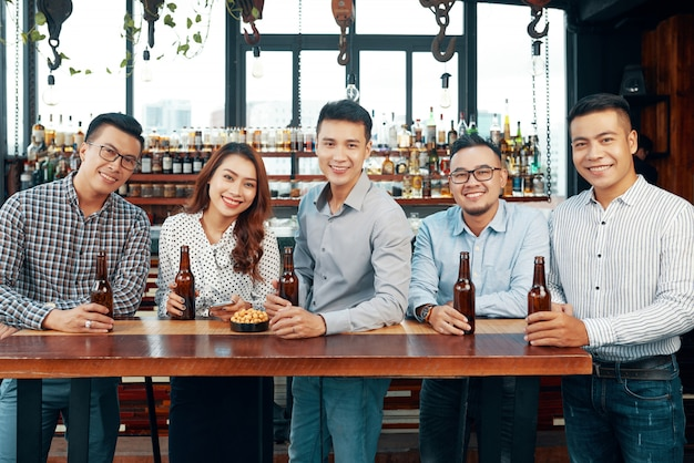 Grupa przyjaciół w barze