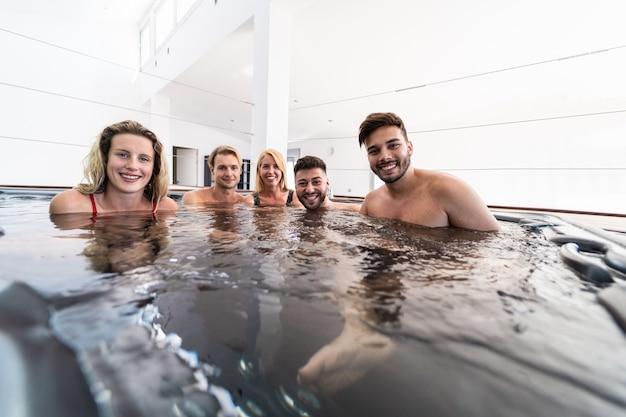 Grupa przyjaciół w basenie