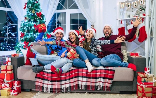 Grupa przyjaciół w domu w czasie świąt bożego narodzenia