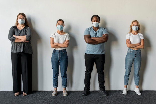 Grupa przyjaciół w maskach na twarz